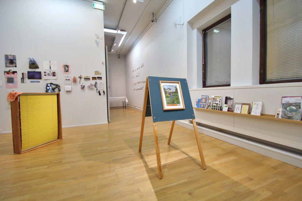 Kollaasihuone 2014 installaatio kollaasimateriaaleista ja paperipuristimista, A-teline, ikkunat, kehykset, lastulevy, taululistat