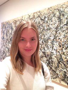 Kirjoittaja taustallaan Jackson Pollockin teos One: Number 31.